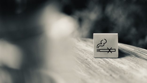 Placa de sinal não fumar na mesa no restaurante, tom preto e branco Foto Premium