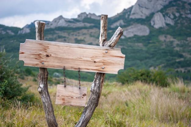 Placa de sinalização em branco nas montanhas. Foto Premium