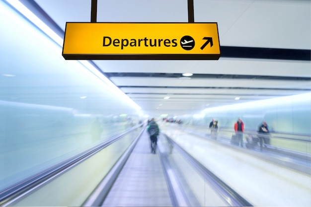 Placa de voo, chegada e partida no aeroporto Foto Premium