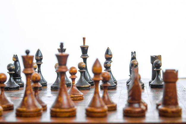 Placa de xadrez velha com partes de madeira. Foto Premium