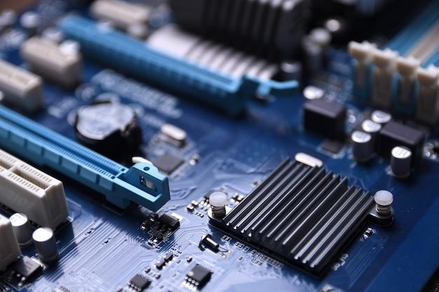 Placa-mãe do computador e componentes eletrônicos memória cpu gpu e soquetes diferentes para placa de vídeo Foto Premium