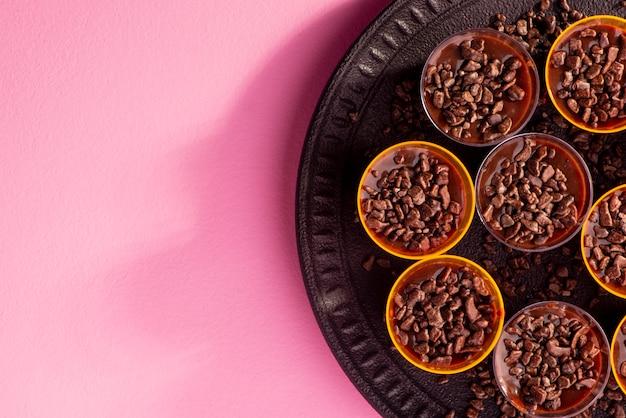Placa preta com copos cheios de brigadeiro na rosa Foto Premium
