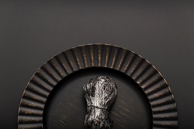 Placa preta com macarrão em um fundo escuro Foto gratuita
