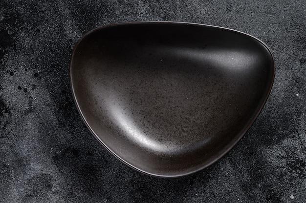 Placa preta triangular em fundo preto texturizado Foto Premium