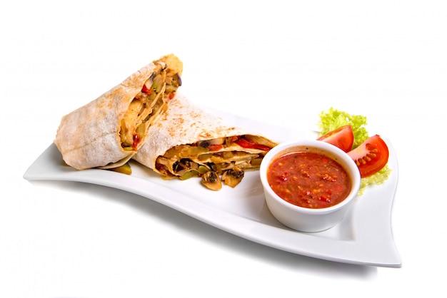 Placa tradicional oriental do shawarma com o molho isolado no branco. Foto Premium