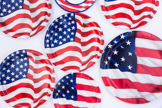 Placas de bandeira americana na superfície branca Foto gratuita
