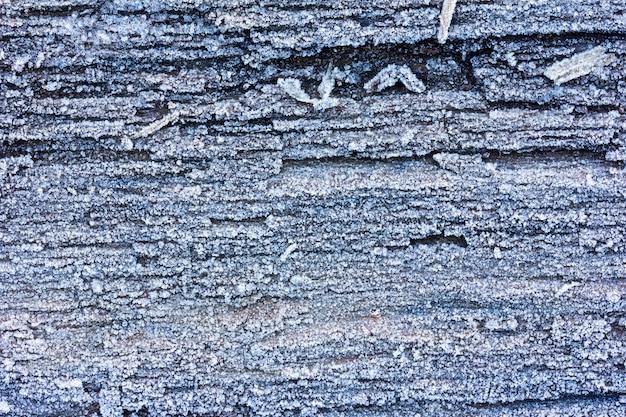Placas de carvalho velhas de textura cobertas com fundo de gelo de geada Foto Premium