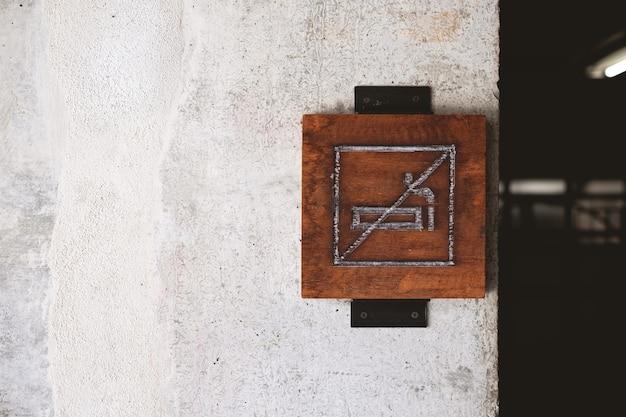 Placas de madeira não fumadores nesta área são estritamente proibidas Foto Premium