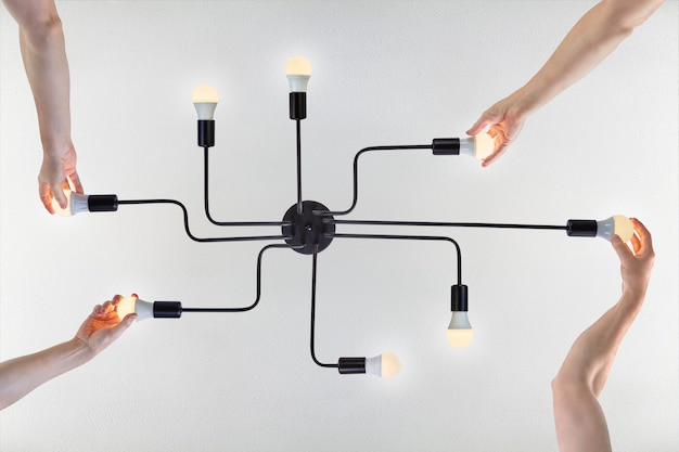 Plafon de alumínio embutido pintado de preto com 8 porta-lâmpadas para lâmpada led. Foto Premium