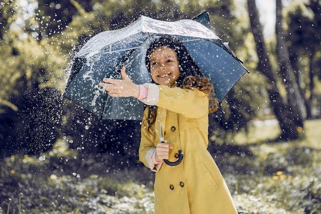 Plaiyng de criança fofa em um dia chuvoso Foto gratuita