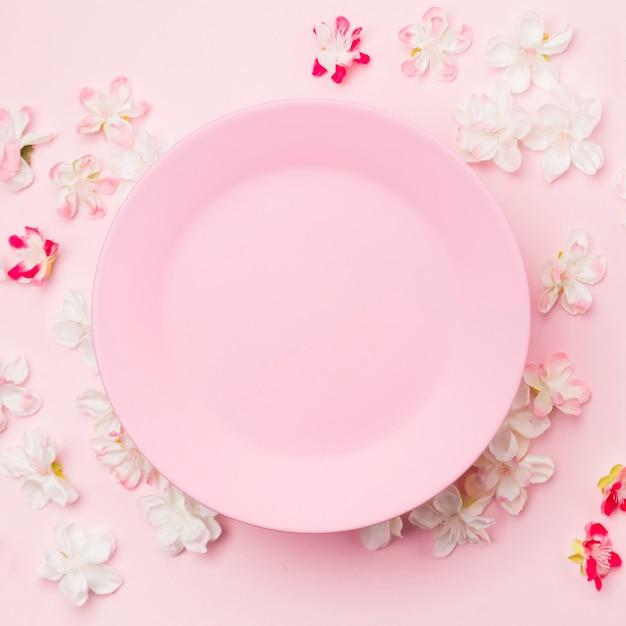 Plana colocar flores e placa-de-rosa Foto gratuita
