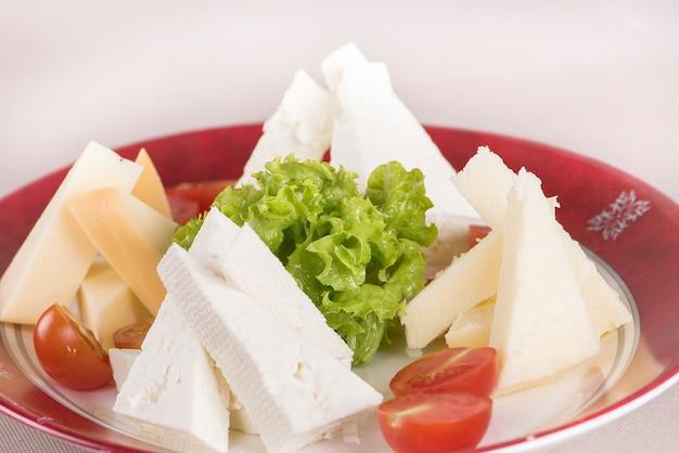 Planalto de queijo simples, com tomate e salada Foto Premium