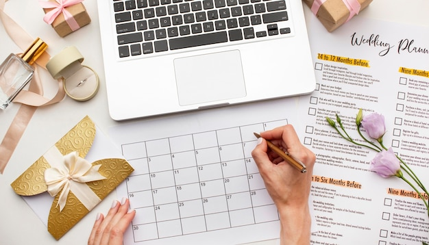 Planejador de casamento moderno e laptop Foto gratuita