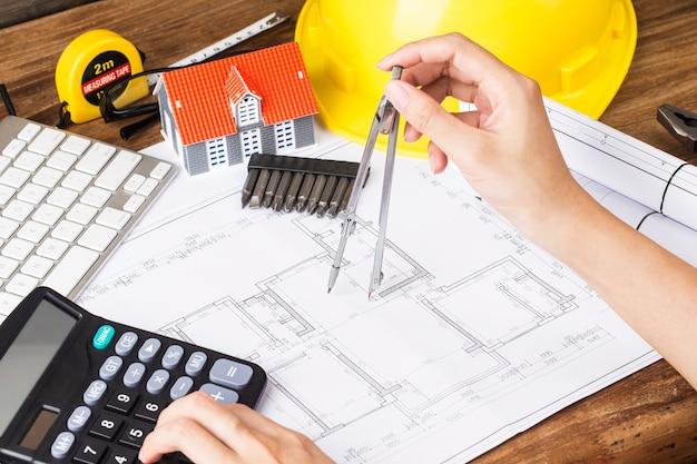 Planejamento de construção com desenhos e acessórios de construção, projetos de construção em papel. o conceito de arquitetura, Foto Premium