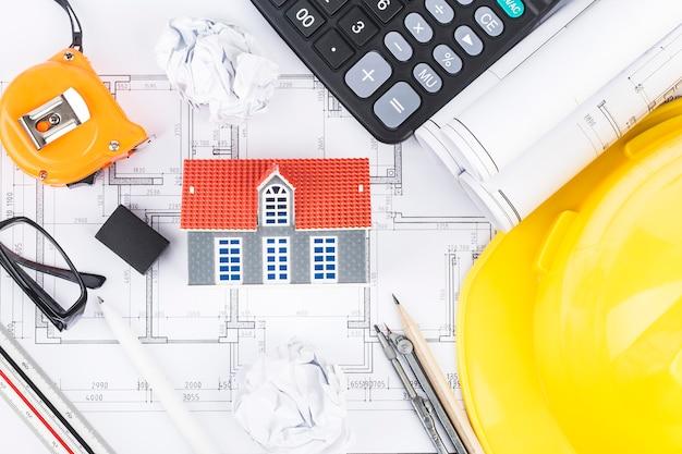 Planejamento de construção com desenhos e acessórios de construção Foto Premium