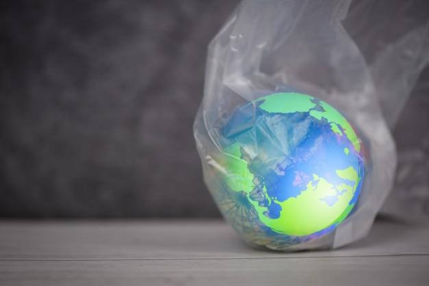 Planeta terra em um saco de plástico Foto Premium