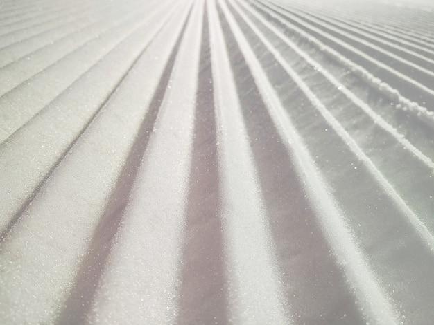 Plano aproximado de pista preparada ou fundo de pista de esqui Foto Premium
