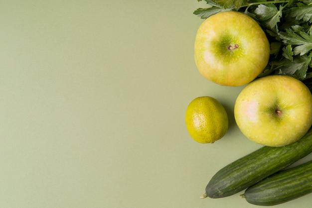 Plano colocar verdes frutas e legumes com cópia espaço Foto gratuita
