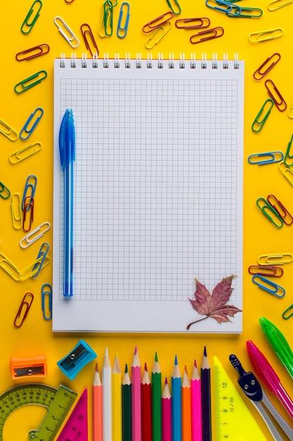 Plano criativo deitar de volta ao conceito de escola com o bloco de notas, com espaço de cópia Foto Premium