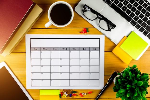 Plano de calendário fazendo negócios ou atividades mensalmente. Foto Premium