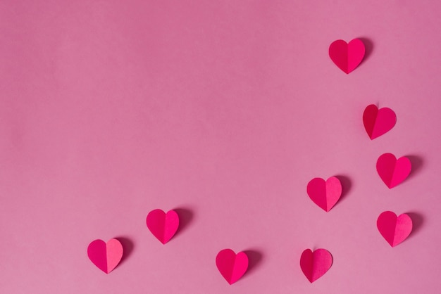 Plano de fundo dia dos namorados. borda ou moldura de corações de papel rosa. Foto Premium