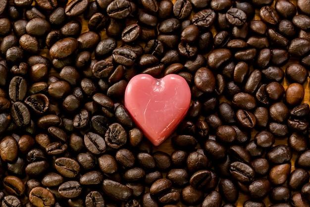 Plano de fundo dia dos namorados. coração rosa amor no grão de café Foto Premium