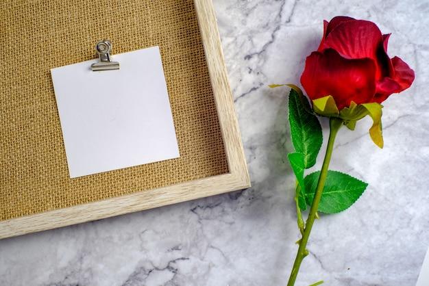 Plano de fundo dia dos namorados. rosa vermelha com cartão de mensagem de amor romântico casal. Foto Premium