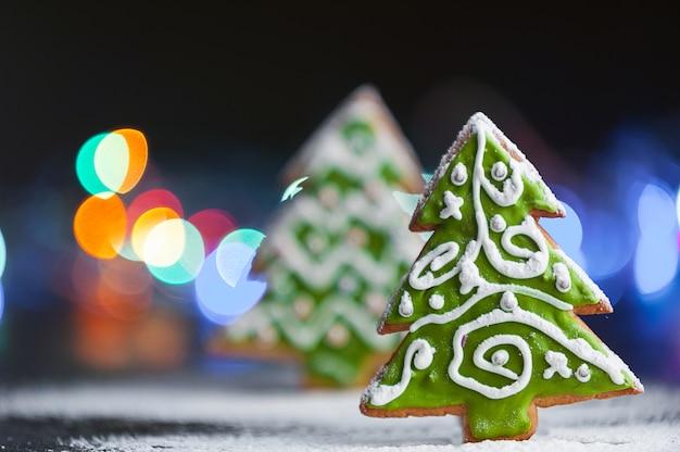 Plano de fundo natal e ano novo. biscoitos de gengibre. Foto Premium