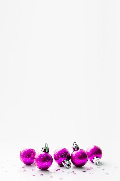 Plano de fundo natal e ano novo com bolas decorativas roxas magentas para árvore de natal. Foto Premium