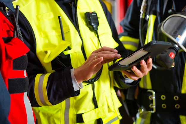 Plano de implantação dos bombeiros no computador tablet Foto Premium