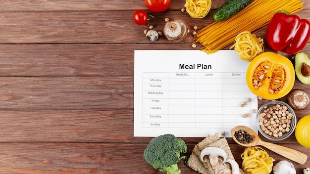 Plano de refeições com espaço para texto e muitos legumes e massas Foto Premium