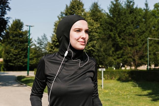 Plano médio de mulher com fones de ouvido Foto gratuita