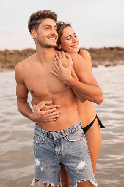 Plano médio do casal olhando para longe Foto gratuita