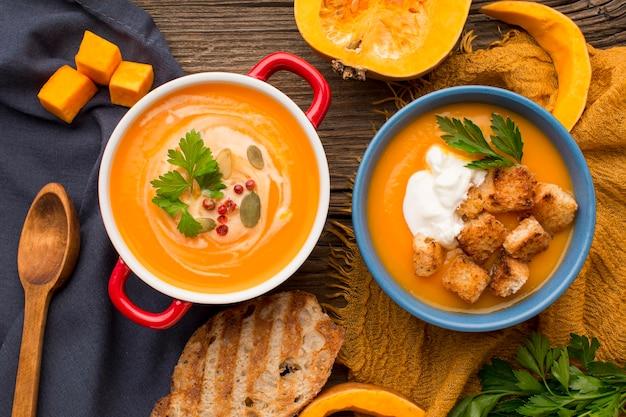 Plano plano de sopa de abóbora com torradas e croutons Foto Premium