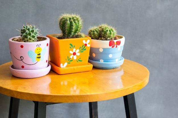Planta de cacto na decoração de vasos em cima da mesa Foto Premium