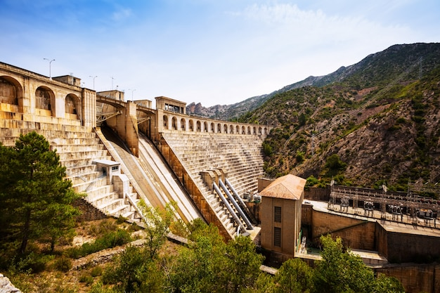 Planta de energia da água no rio segre Foto gratuita