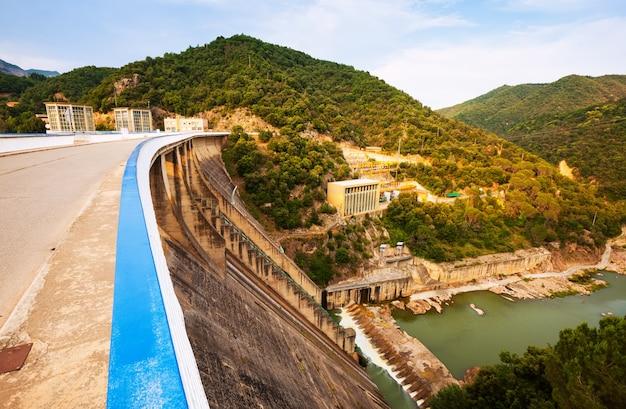 Planta de energia da água no rio ter Foto gratuita