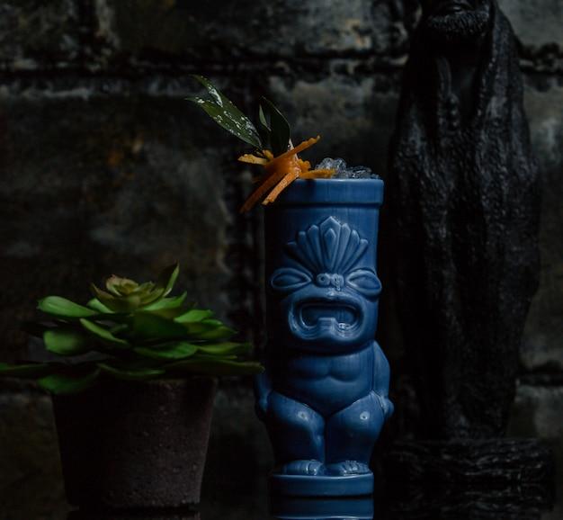 Planta de flor dentro de um vaso decorado étnico e um suculentus ao redor Foto gratuita