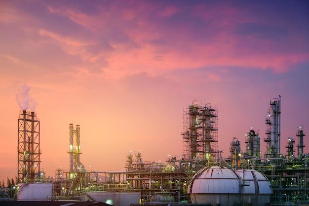 Planta de refinaria de petróleo e gás ou indústria petroquímica no fundo por do sol no céu, tanque de esfera de armazenamento de gás e torre de destilação em petróleo industrial Foto Premium