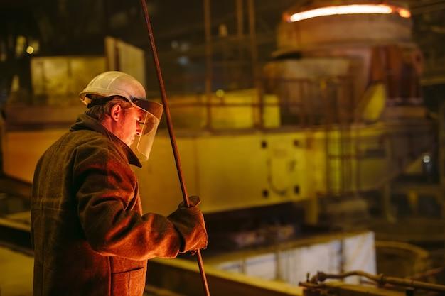 Planta para a produção de aço, forno de fusão elétrico, retrato de trabalhador. Foto Premium