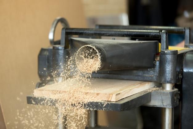 Plantacionadora de madeira empilhadora de papelaria que transporta painéis de madeira, fabrica serradura Foto gratuita