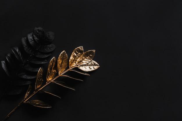 Plantas negras e plantas douradas. decoração horizontal larga natural floral com vista superior e cópia espaço. Foto Premium