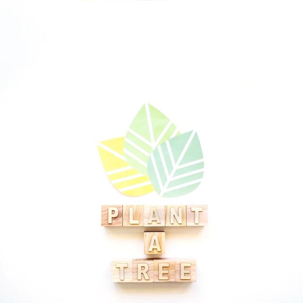 Plante uma inscrição de árvore e folhas coloridas Foto gratuita