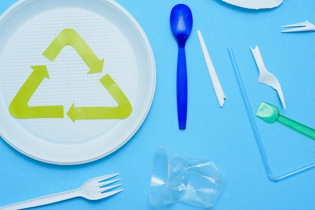 Plástico branco sobre fundo azul. poluição de plástico Foto Premium
