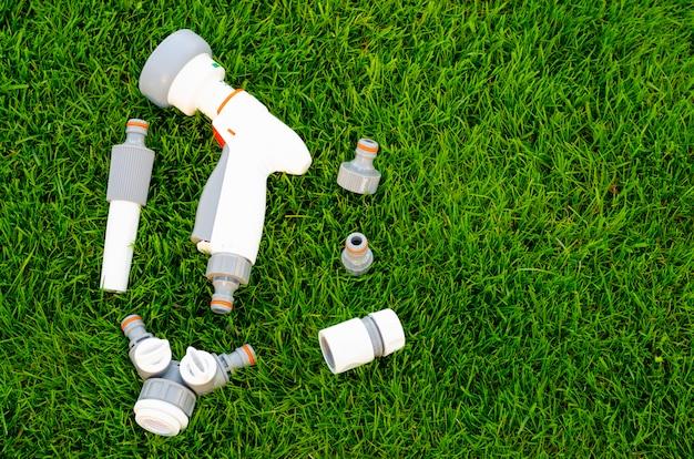 Plástico e mangueira para regar automaticamente o jardim Foto Premium