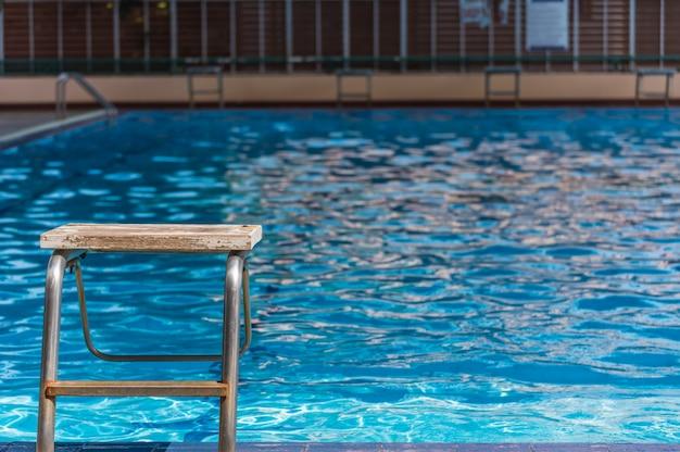 Plataforma vazia no tempo do dia da piscina. Foto Premium
