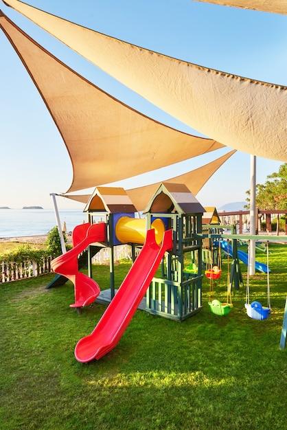 Playground colorido no quintal do parque ao pôr do sol. Foto gratuita