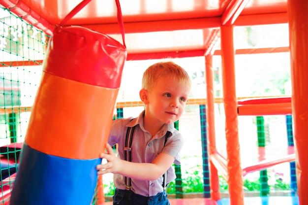 Playground interno com bolas de plástico coloridas para crianças Foto Premium