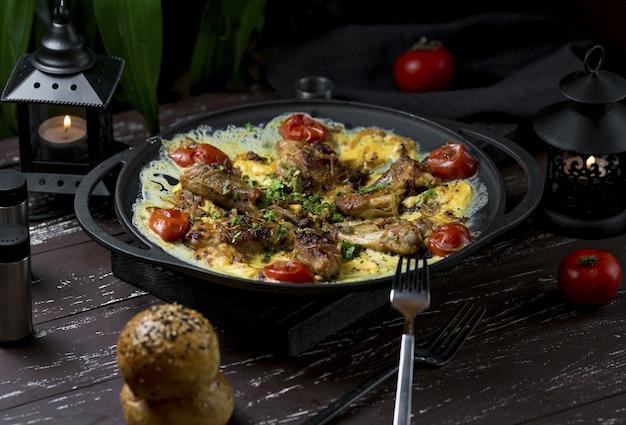 Plov, guarnição de arroz picante com pernas de frango e ervas Foto gratuita