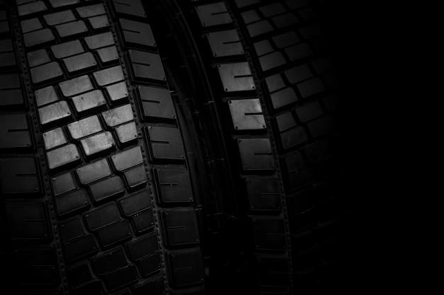 Pneu de caminhão, roda de recolhimento de borracha preta novo pneu de carro brilhante para o fundo Foto Premium